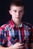 Junger Mann, der einen Handy verwendet Lizenzfreies Stockfoto