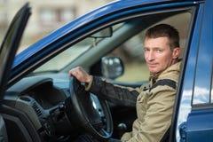 Junger Mann, der einen Neuwagen fährt liebhaberei lizenzfreie stockfotografie
