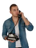 Junger Mann, der einen Telefonaufruf bildet lizenzfreie stockfotos