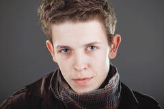 Junger Mann, der elegantes Hemd und Schal trägt Lizenzfreie Stockbilder