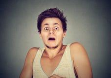 Junger Mann, der erschrocken entsetzt schaut lizenzfreie stockfotografie