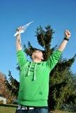 Junger Mann, der für Freude springt Stockfotografie