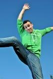Junger Mann, der für Freude springt Stockfoto