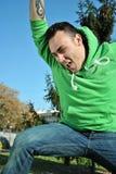 Junger Mann, der für Freude springt Stockbild