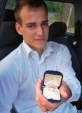 Junger Mann, der für Heirat vorschlägt Stockbild