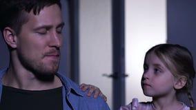 Junger Mann, der für verlorene Frau, wenig Unterstützungsvater der Tochter in der Krise schreit stock video footage