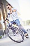 Junger Mann, der Fahrrad fährt Stockfotografie