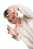 Junger Mann, der Feld mit dem Finger auf Weiß bildet stockfotografie
