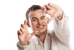 Junger Mann, der Feld mit dem Finger auf Weiß bildet stockbild