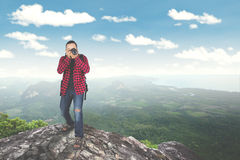 Junger Mann, der Foto auf Berg macht Lizenzfreies Stockfoto