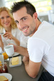 Junger Mann, der frühstückt Lizenzfreie Stockbilder