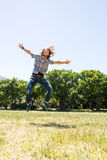 Junger Mann, der frei in den Park glaubt Lizenzfreie Stockfotografie