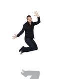 Junger Mann, der in Freude springt Stockfotografie