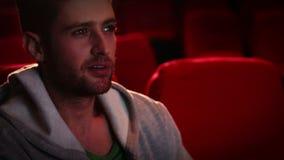 Junger Mann, der furchtsamen Film aufpasst stock video footage
