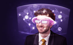 Junger Mann, der futuristische Karte des Sozialen Netzes betrachtet Lizenzfreie Stockfotografie