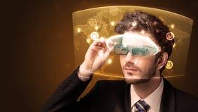 Junger Mann, der futuristische Karte des Sozialen Netzes betrachtet Lizenzfreies Stockfoto