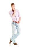 Junger Mann, der - Ganzaufnahme lokalisiert auf Weiß erwägt Stockfotografie