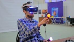 Junger Mann, der Gläser der virtuellen Realität verwendet VR Stockfotografie