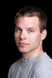 Junger Mann, der graues T-Shirt trägt Lizenzfreies Stockfoto