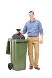 Junger Mann, der heraus den Abfall wirft Lizenzfreies Stockbild