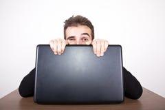 Blinzeln hinter dem Computer Lizenzfreies Stockbild