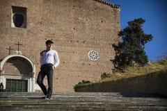 Junger Mann, der hinunter alte Treppe vor Kirche in Rom, Italien geht Lizenzfreie Stockfotografie