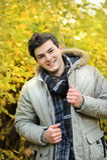 Junger Mann, der in Hoodiejacke geht Lizenzfreie Stockbilder