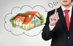 Junger Mann, der an Hypothek denkt Lizenzfreie Stockfotografie