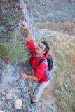 Junger Mann, der im Berg steigt. Stockfotografie