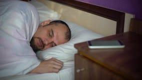 Junger Mann, der im Bett schläft stock video