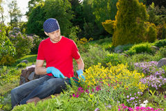 Junger Mann, der im Garten arbeitet Stockfoto