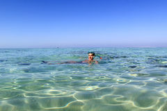 Junger Mann, der im Meer schnorchelt Stockbilder