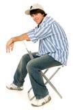 Junger Mann, der im Stuhl sitzt stockbilder