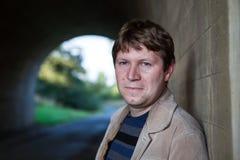 Junger Mann, der im Tunnel am sonnigen Tag aufwirft Lizenzfreies Stockbild