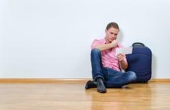 Junger Mann, der Informationsstelle anruft Lizenzfreie Stockbilder