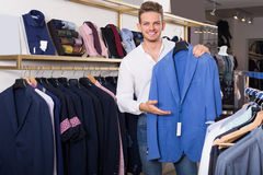 Junger Mann, der Jacke kauft Lizenzfreie Stockbilder