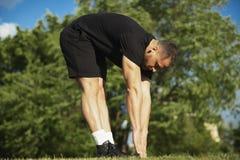 Junger Mann, der Körper und Beine, durch vorbei draußen verbiegen ausdehnt stockfoto
