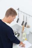 Junger Mann in der Küche Stockfotografie