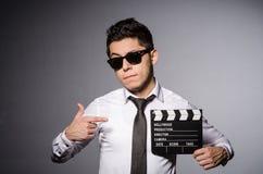 Junger Mann in der kühlen Sonnenbrille, die Tafel hält Stockfotografie