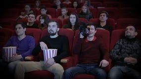 Junger Mann, der am Kino kapert stock video footage