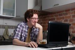 Junger Mann, der an Laptop arbeitet Stockbilder