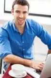 Mann, der Laptop im Café verwendet Stockbild