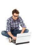 Junger Mann, der Laptop verwendet stockfotos