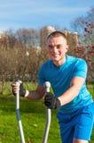 Junger Mann, der an laufender Maschine arbeitet Stockfoto