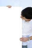 Junger Mann, der Leerbeleg anhält Lizenzfreie Stockfotografie