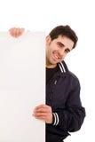 Junger Mann, der leere Anschlagtafel anhält Lizenzfreies Stockfoto