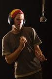 Junger Mann, der Luftmusik auf Saxophon spielt Stockfotografie