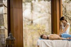 Junger Mann, der Massage im Badekurort hat Lizenzfreie Stockfotografie