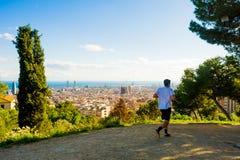 Junger Mann, der mit Ansicht von Barcelona- und Sagrada-familia rüttelt stockbild