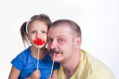 Junger Mann, der mit Baby spielt lizenzfreie stockbilder